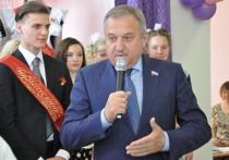 Глава города Кирова Владимир Быков дал последний звонок
